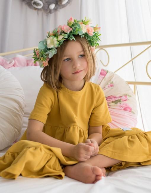 musztardowa-sukienka-falbany