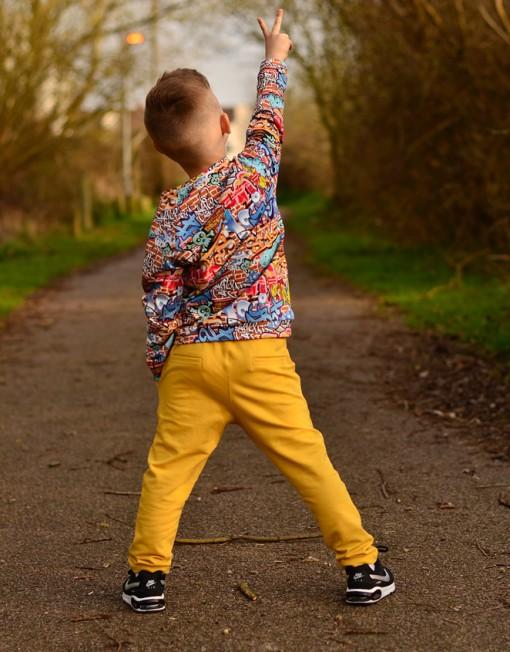 bluza-grafitti-spodnie-musztardowe